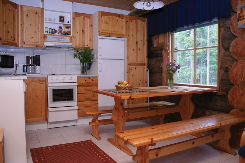 Lomamökit Levillä olivat hyvätasoiset. Kuvissa näkymä Majailevi A2:n keittiöön ja takkanurkkaukseen.